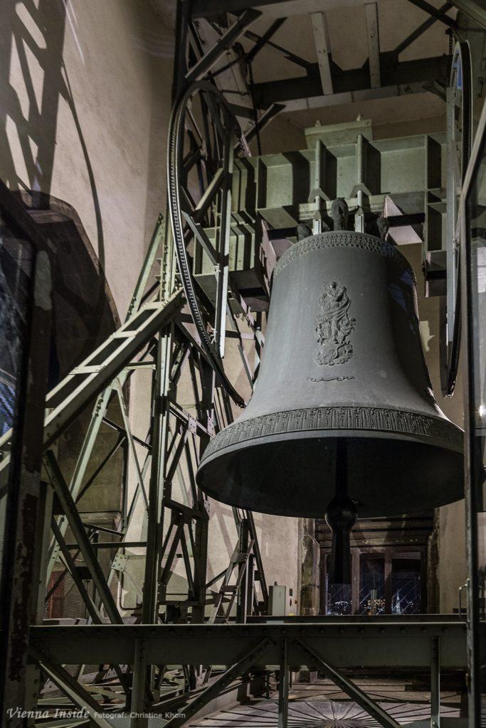 Alleine der Klöppel der Pummerin hat ein Gewicht von 613 kg. Die gesamte Glocke wiegt über 2 Tonnen und hat unten einen Durchmesser von mehr als 3m!