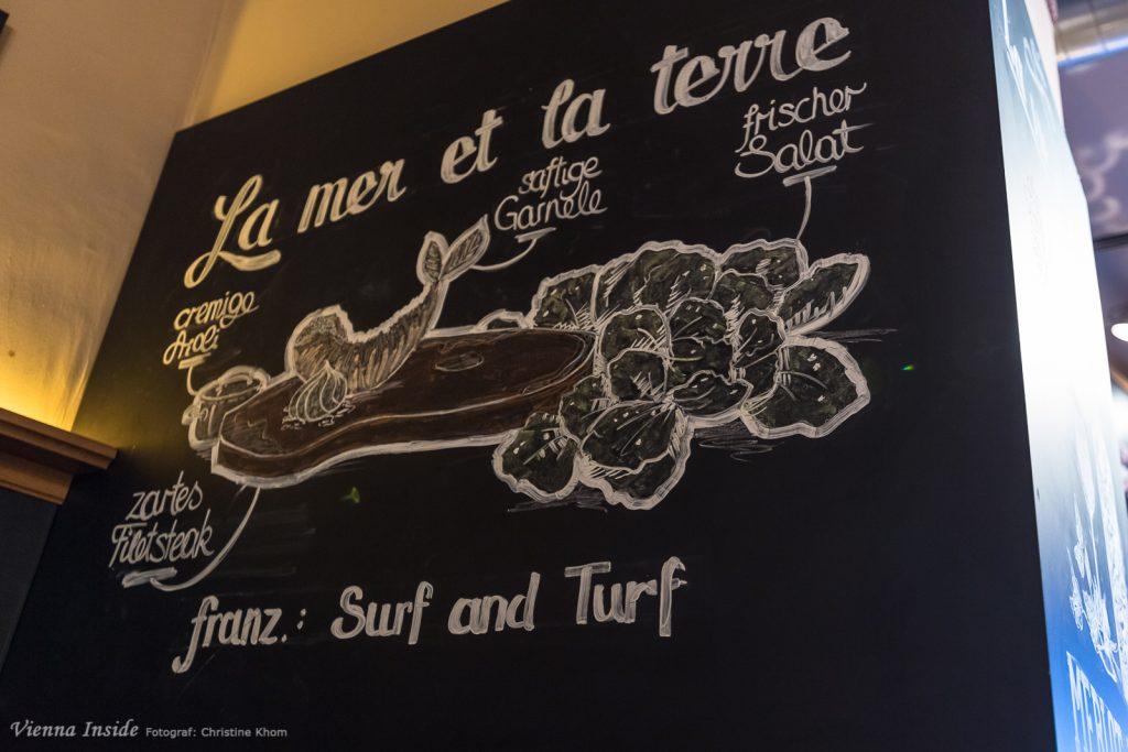 Quer durchs Lokal ziehen sich die schwarzen Tafeln, die mit Witz und netten Zeichnungen über das kulinarische Angebot informieren.