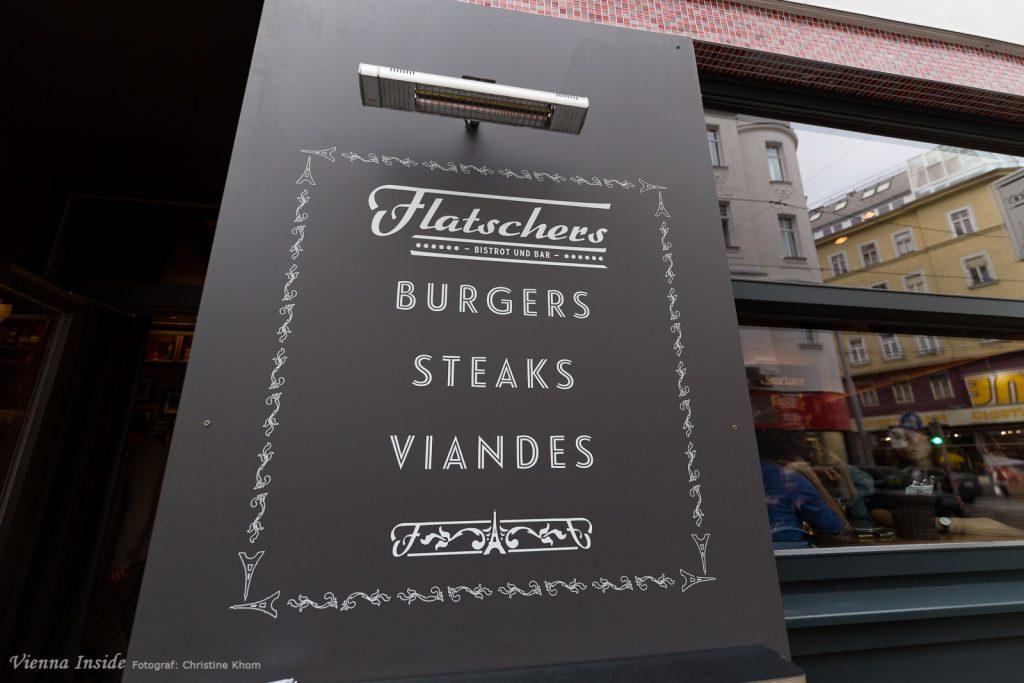 Schon am Eingang wird klar, hier gibt es auch die berühmten Steaks und Burger vom Flatschers-Steaklokal