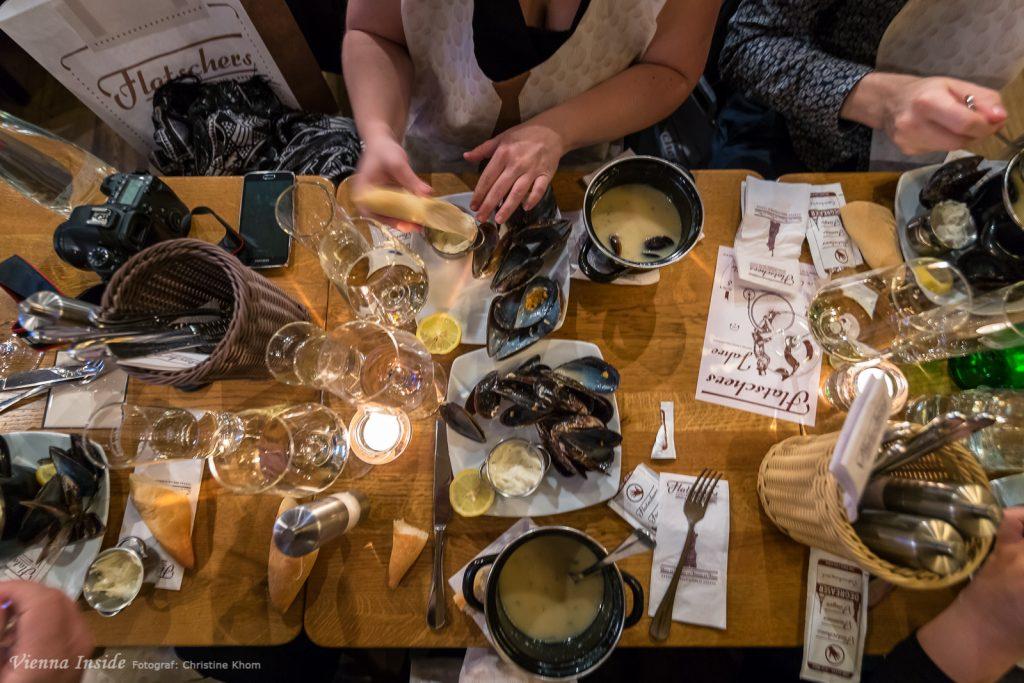 Die  französischen Miesmuscheln im  würzigen Weißweinkäsesud mit Hausbrot & Pommes  Frites de la maison waren einmalig, da waren wir uns alle am Tisch einig.