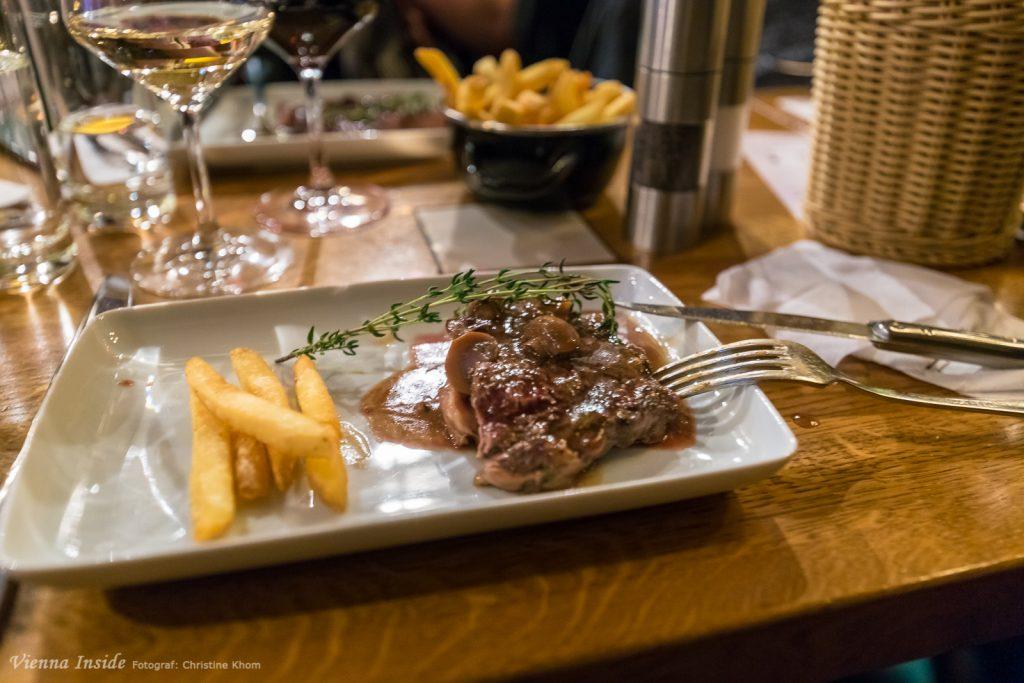 Ein perfekt Medium rare gegrilltes Stück Fleisch mit ordentlich Röst- und Raucharomen, sehr, sehr zart; erstklassige Fleischqualität - das ist die gewohnt perfekte Qualität vom Flatschers