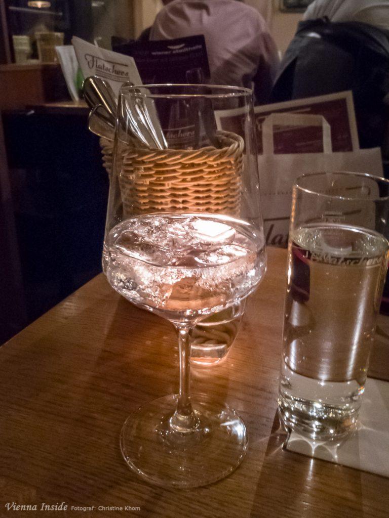 Zum Abschluss haben wir uns dann noch jeder  einen Gin & Tonic an der Bar ausgesucht. Das war bei 70 Gin-Sorten nicht so einfach, aber Dank der tollen Beratung haben wir uns dann doch für einen eher fruchtigen Blue Gin entschieden.