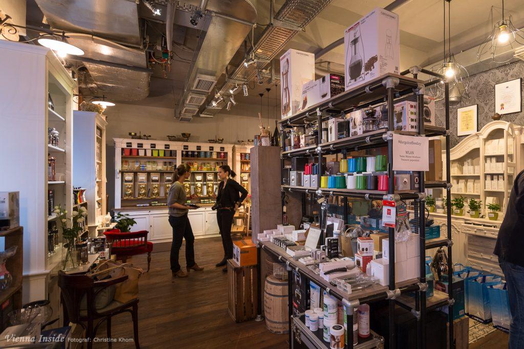 Das es in diesem Geschäft noch viel mehr als Kaffee zu kaufen gibt seht ihr hier.
