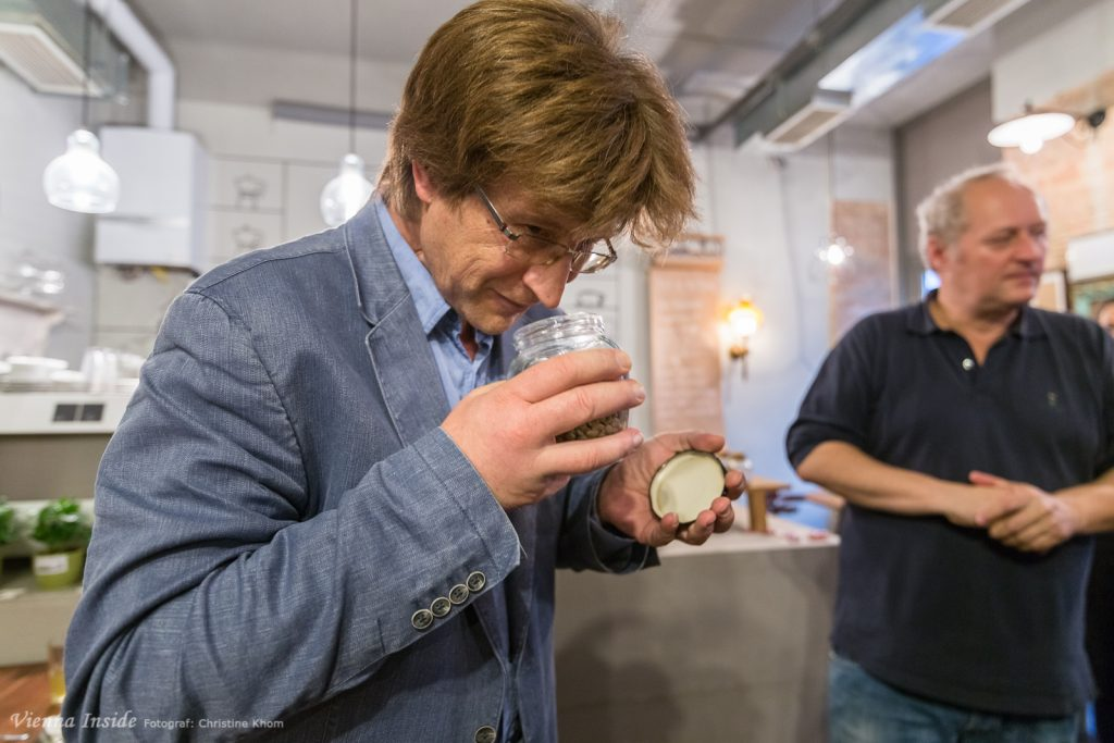 Wie riechen eigentlich rohe Kaffeebohnen. Wir haben geschnüffelt und festgestellt, dass die Bohnen nach frischem Heu oder würzig riechen je nach Sorte. Der typische Kaffeegeruch entsteht erst bei der Röstung.