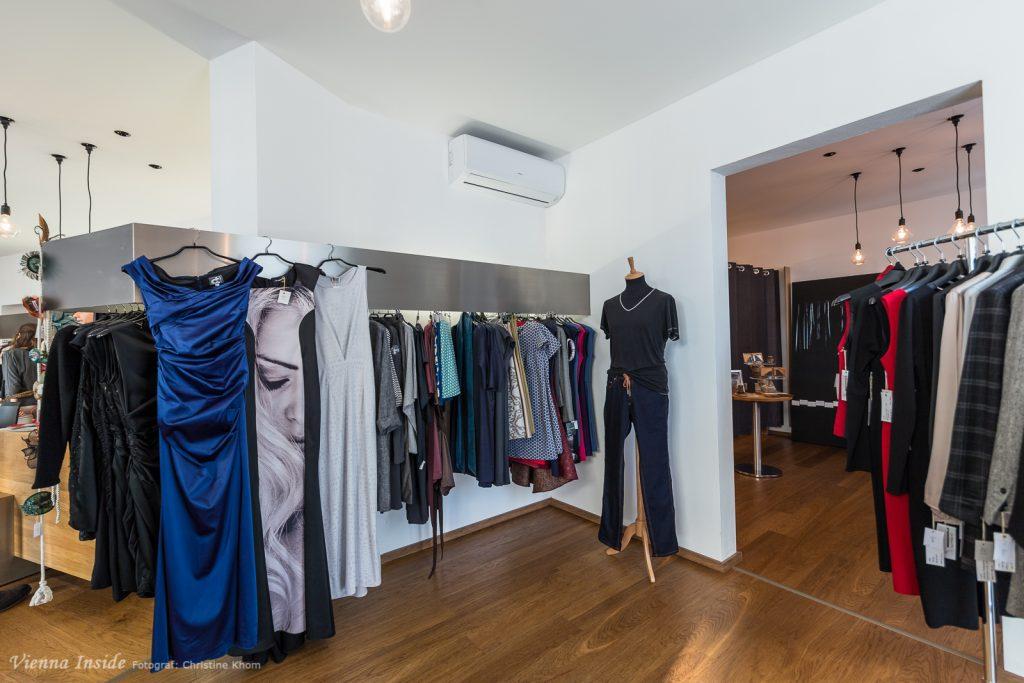 Im nächsten Raum sind schon die Damen vertreten.  Von Streetwear über klassischen Businesslook bis zum Abendkleid reicht die Bandbreite der Modelle.