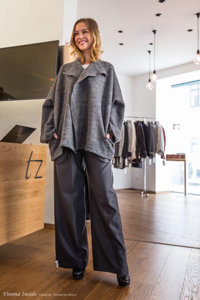 Die neue Kollektion trägt bezeichnender Weise den Namen EDGES also KANTEN und bei dieser Cardigan-Jacke sieht man auch warum.  Dazu gibt es eine bequeme weite Hose im Marlene Dietrich Stil.