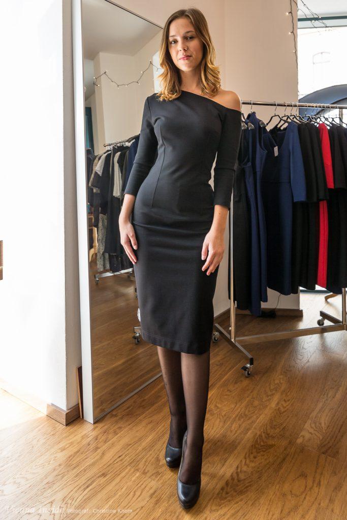 """Immer wieder ein Klassiker, das """"kleine Schwarze"""", dass in Irinas Kollektion den Namen TATYANA trägt. Die Dreiviertelärmel und die Rocklänge knapp unters Knie machen das Kleid zu einem wunderbaren Business-to-Cocktail-Basic."""