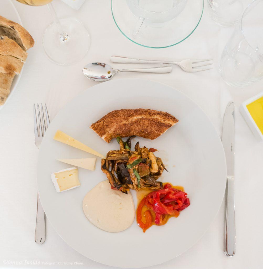 Danach leckere Mezze, das sind türkische Tapas. Rotpaprikapüree, Salat aus gegrillten Paprika mit Granatapfelsaft, Salat aus getrockneten Melanzani, Zucchinisalat mit Schafskäse, Linsensalat, Humus, dazu Simit (Sesamkringel), Baguette und  Olivenbrot.