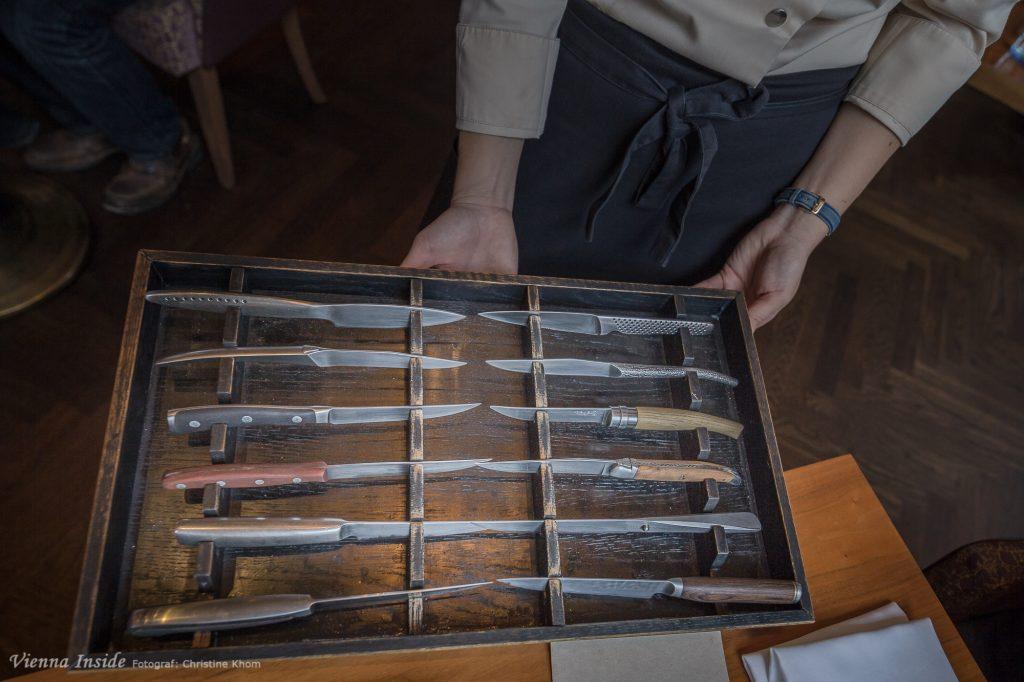 """Die Steakmesserkollektion ist der Gag des Abends. Wer sich zielsicher aus diesen 12 Seakmesser sein persöhnliches Lieblingswerkzeug heraussucht, vor dem ziehe ich den Hut. Ich war etwas überfordert und griff dann einfach zu einem handgemachten """"Forge de Laguiole"""" Messer."""